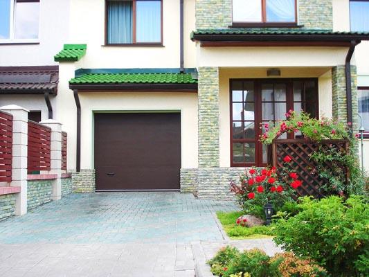 Секционные ворота обеспечивают безопасность в доме